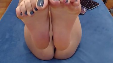 slut shows her feet with a blue pedicure and massages anal
